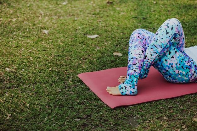 Die beine der frau während der yoga-sitzung