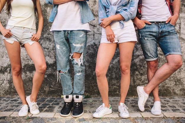 Die beine der leute in jeans und shorts