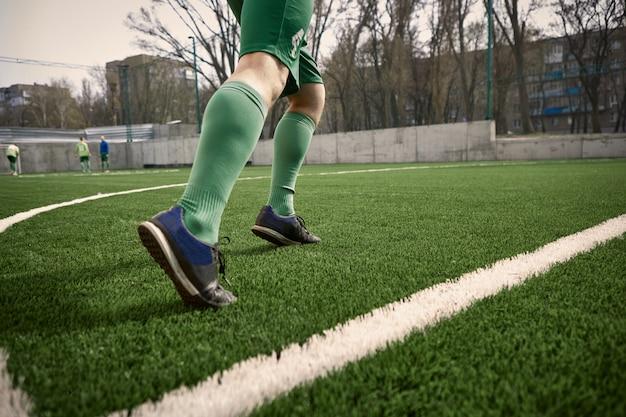 Die beine des fußballspielers