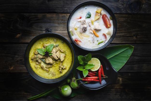 Die bekanntesten thailändischen lebensmittel; grünes curry-schweinefleisch, hühnchen-kokos-suppe oder thai in namen