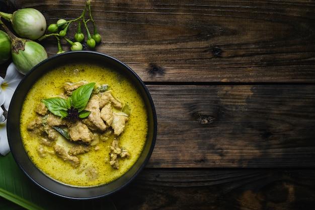 Die bekanntesten thailändischen lebensmittel; grünes curry schweinefleisch oder thai in namen
