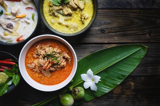 Die bekanntesten thailändischen lebensmittel; rotes curry-schweinefleisch, grünes curry-schweinefleisch, hühnchen-kokos-suppe oder thai in namen