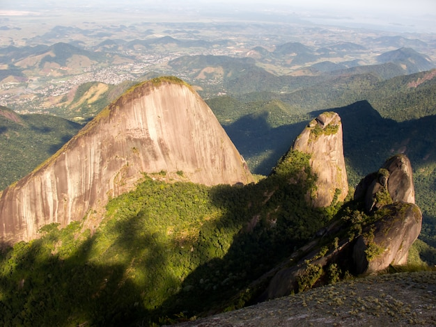 Die berge escalavrado und nossa senhora vom berggipfel dedo de deus aus gesehen