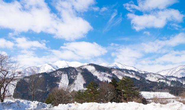 Die berge im winter sind mit schnee und weißem nebel bedeckt