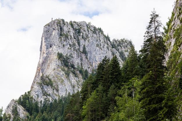 Die bergspitze des altars der bicaz-schlucht