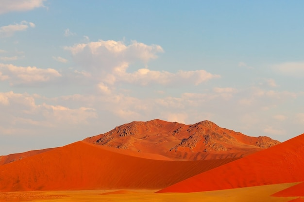 Die berühmte 45 rote sanddüne im sossusvlei. afrika, namib-wüste