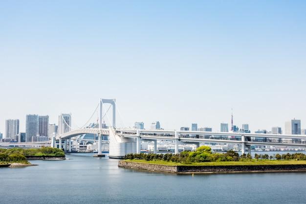 Die berühmte regenbogenbrücke von odaiba tokyo bay