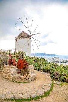 Die berühmte windmühle über der stadt von mykonos, griechenland