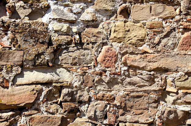 Die beschaffenheit der alten steine und der ziegelsteine zusammen mit zement.
