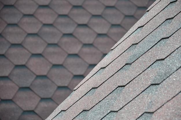 Die beschaffenheit des daches mit bituminöser beschichtung.
