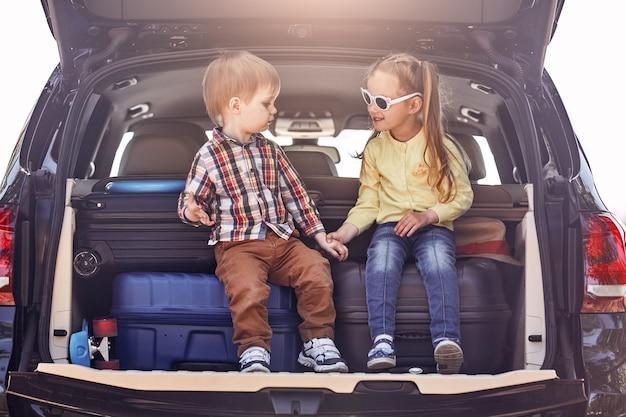 Die beste ausbildung, die sie jemals bekommen werden, ist das reisen mit kleinen süßen kindern im kofferraum