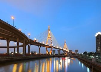 Die Bhumibol Bridge ist nach Sonnenuntergang wunderschön beleuchtet