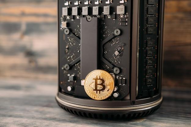 Die bitcoin-goldmünze liegt auf dem motherboard des computers