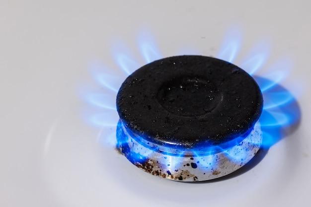 Die blaue flamme des gasbrenners des küchenherds