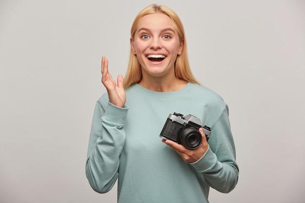 Die blonde fotografin, die eine fotosession machte, hatte nicht erwartet, so viele großartige aufnahmen zu machen