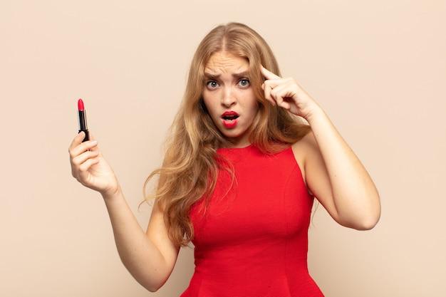 Die blonde frau sah überrascht, mit offenem mund und schockiert aus und erkannte einen neuen gedanken