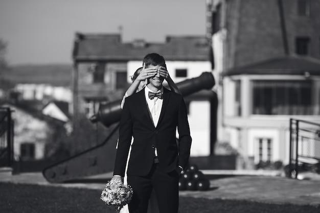 Die braut geht von hinten zum bräutigam