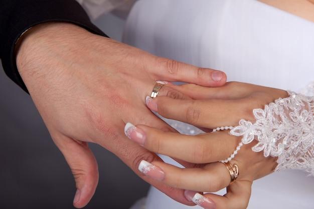 Die braut legt dem bräutigam eine hand auf einen ring
