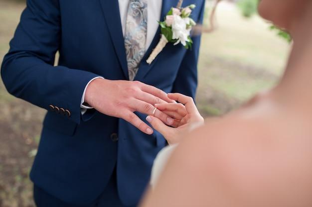 Die braut trägt einen ehering zum bräutigam