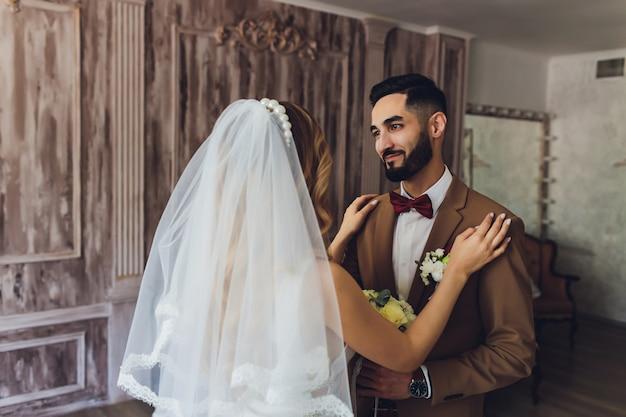 Die braut und der bräutigam an ihrem hochzeitstag. engagement von jungvermählten. mädchen im hochzeitskleid.