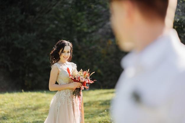 Die braut und der bräutigam auf der sonnigen lichtung.