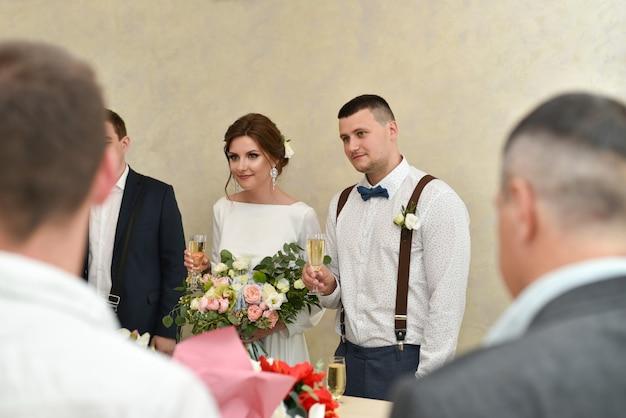 Die braut und der bräutigam bei der hochzeitszeremonie