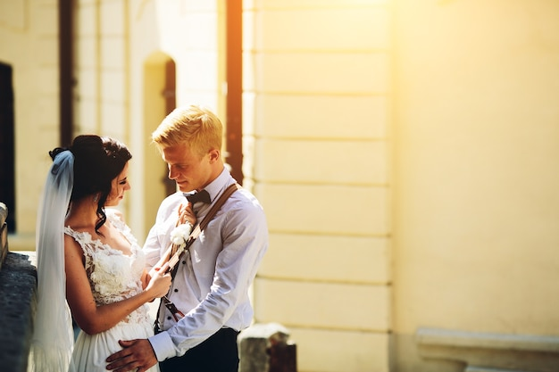Die braut und der bräutigam posieren in der alten straße