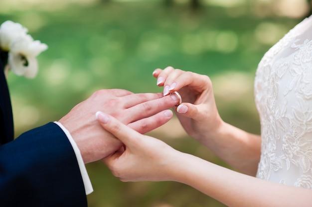 Die braut und der bräutigam tragen ringe.