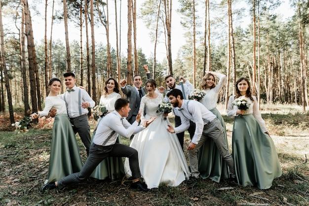 Die braut und der bräutigam und ihre freunde haben spaß