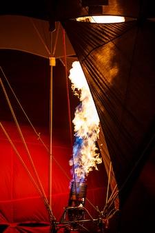Die brenner eines heißluftballons feuerten an und ließen in der luftballon-festspielnacht eine explosion entzündeten gases aufsteigen