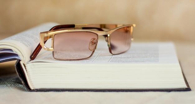 Die brille liegt auf einem offenen buch, der bibel