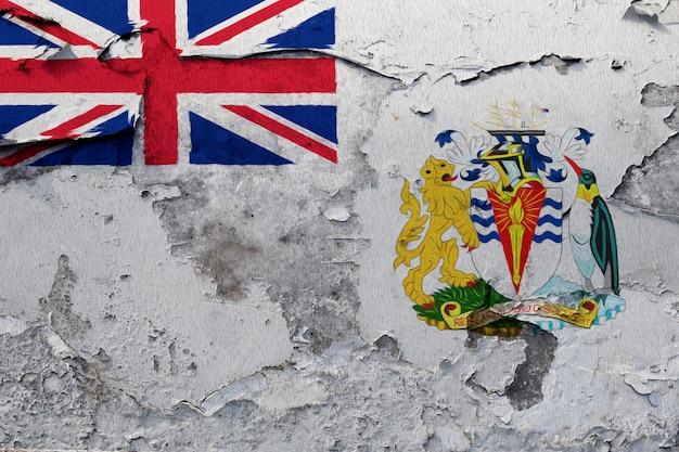 Die britische antarktische gebietsflagge, die auf schmutz gemalt wurde, knackte wand