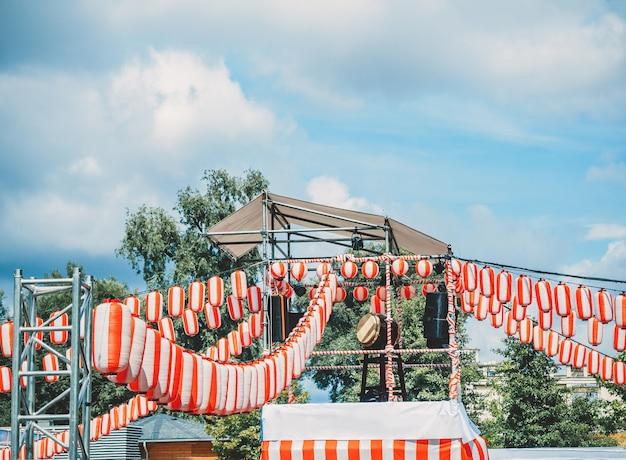 Die bühne der yagura mit einer großen japanischen taiko-trommel odaiko.