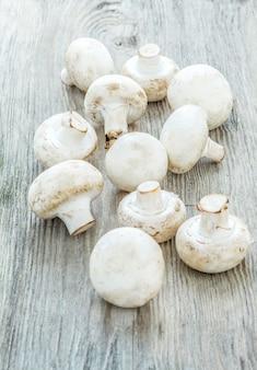Die champignons auf holztisch