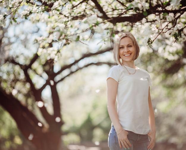 Die charmante dame steht im park