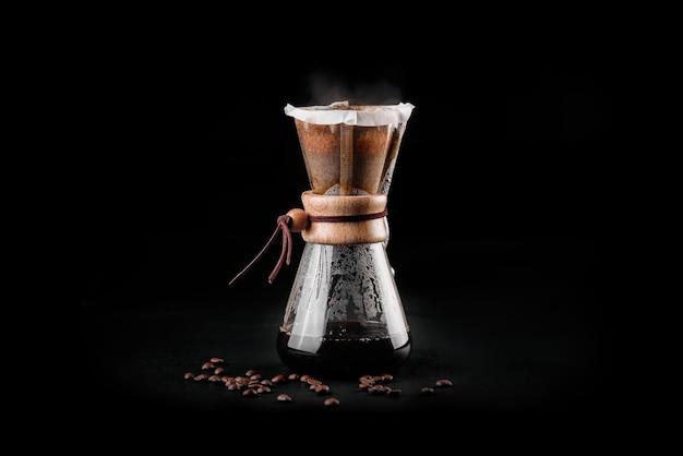 Die chemex-kaffeemaschine ist eine manuelle glas-kaffeemaschine zum übergießen