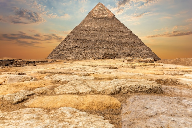 Die chephren-pyramide in gizeh, blick auf den sonnenuntergang.