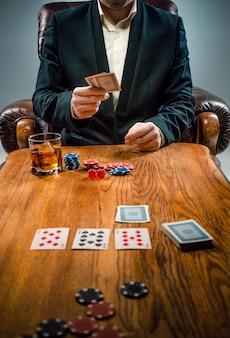 Die chips für glücksspiele, getränke und spielkarten