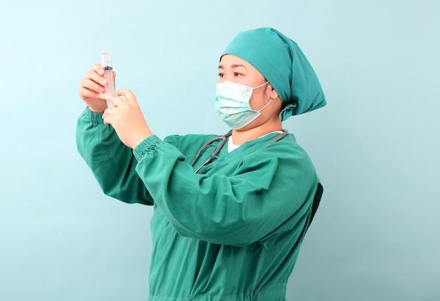 Die chirurgin betrachtet die spritze