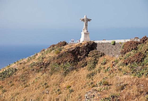 Die christus-könig-statue ist ein katholisches denkmal auf der insel madeira, portugal