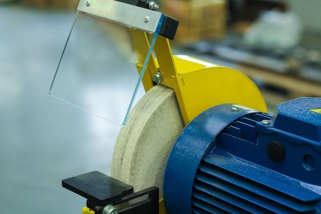 Die cnc-drehmaschine. drehmaschine zum bohren mit dem bohrwerkzeug und dem mittelbohrwerkzeug