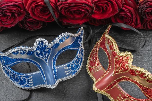 Die colombina, rote, blaue karnevals- oder maskeradenmasken
