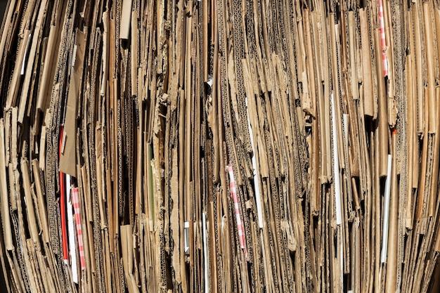 Die cortona-blätter werden in einer reihe gestapelt. sammlung von haushaltspapierabfällen. foto in hoher qualität