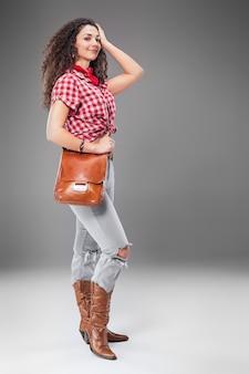 Die cowgirl-modefrau