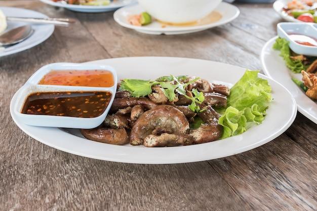 Die därme des schweins grillten thailändisches artlebensmittel
