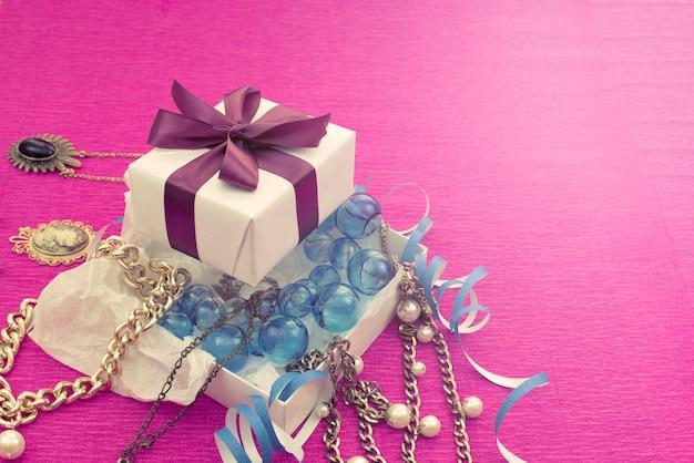 Die dekorative komposition ist in einer geschenkbox für frauen verpackt.