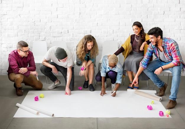 Die design-studenten, die team designing start up concept beginnen