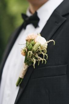 Die details der hochzeitstagvorbereitung des bräutigams