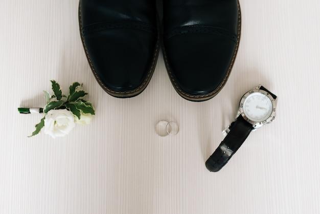 Die details des hochzeitstags. vorbereitung des bräutigams.