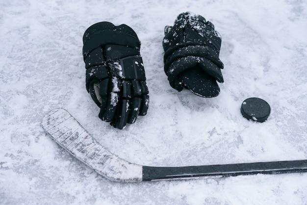 Die dinge sind ein hockeyspieler auf dem eis